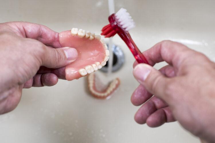 Come pulire la dentiera